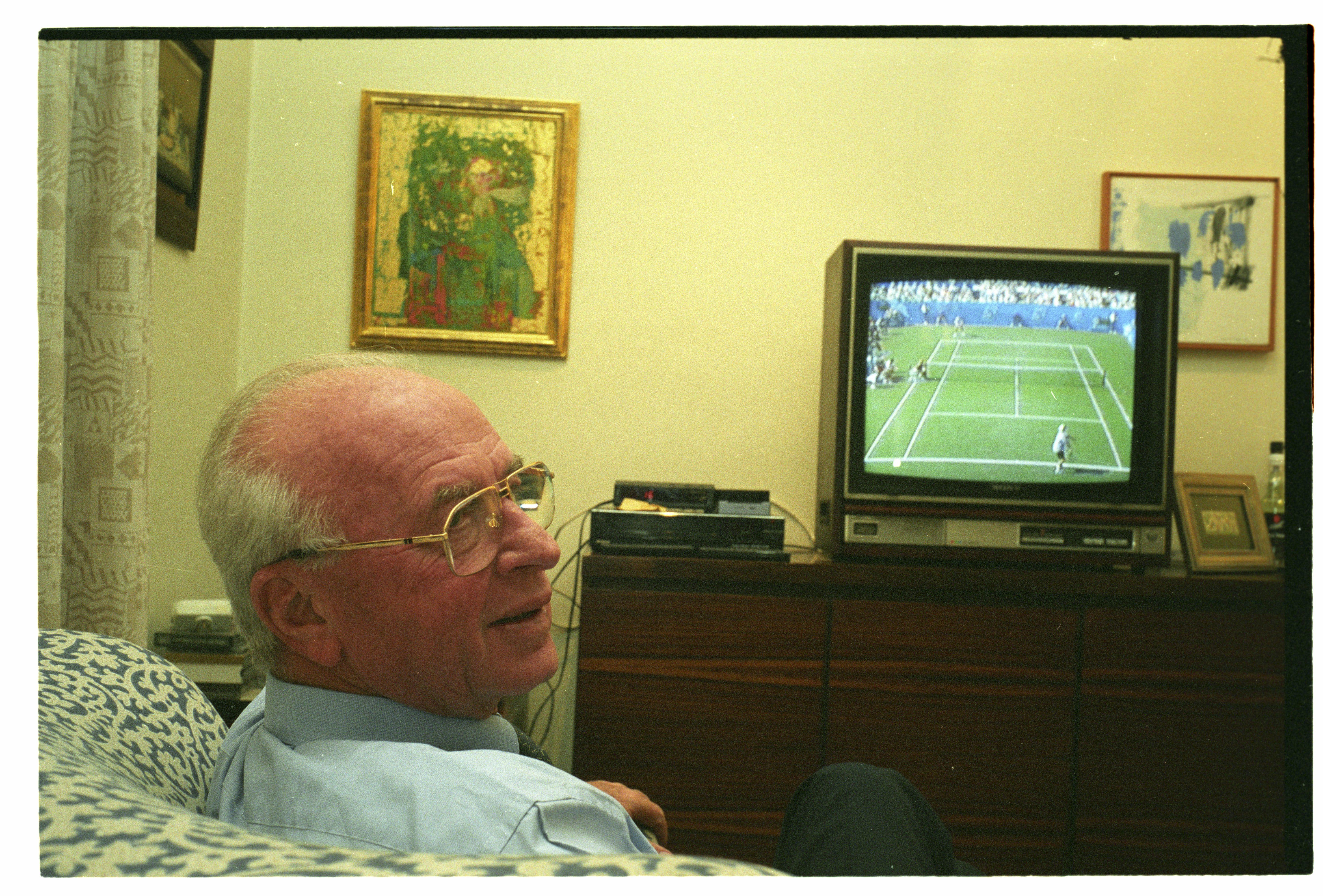 """יצחק רבין צופה במשחק טניס בביתו בת""""א"""