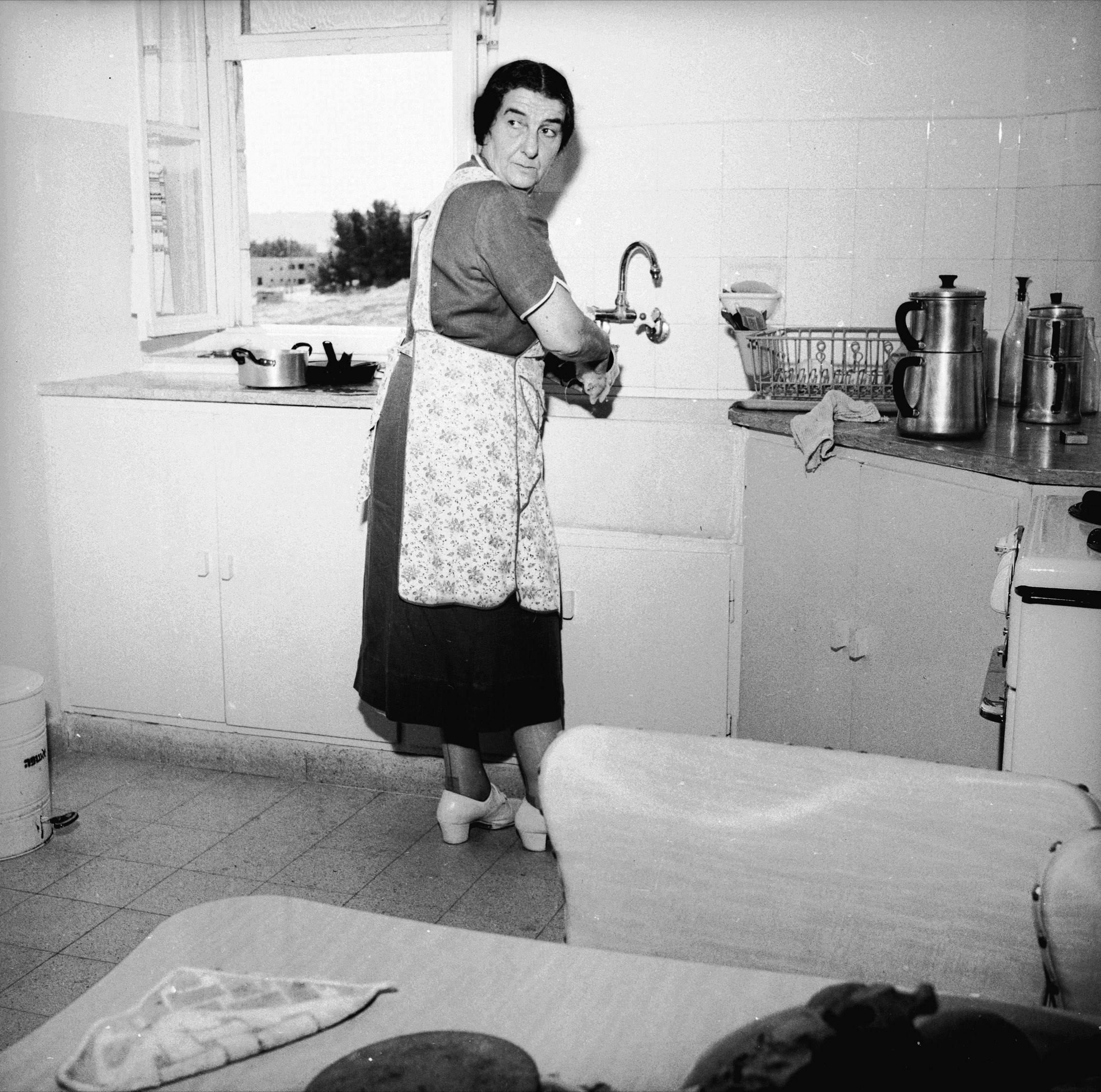 Golda Meir doing the dishes (Photo: David Rubinger)