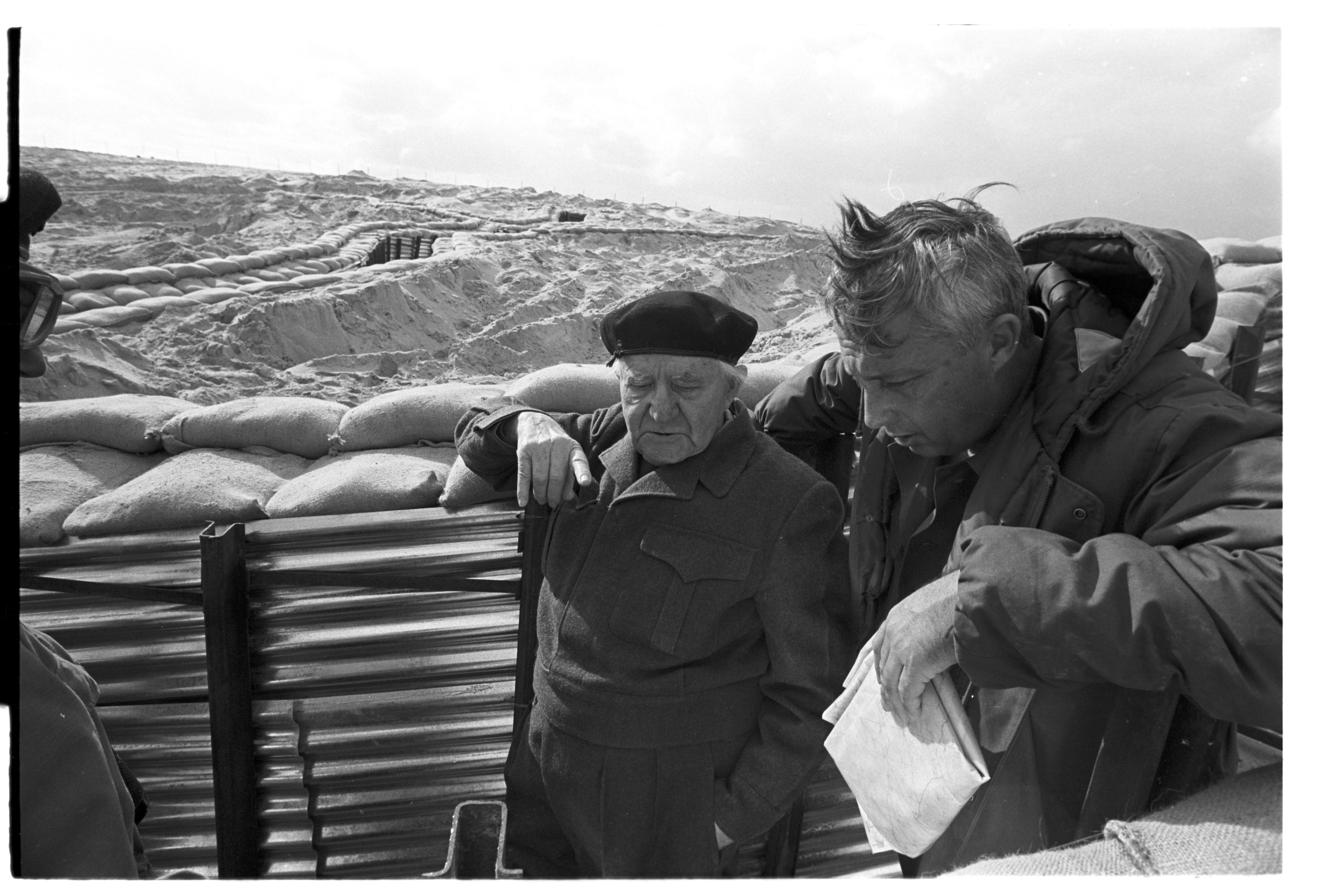אריאל שרון ודוד בן גוריון בביקור בתעלת סואץ