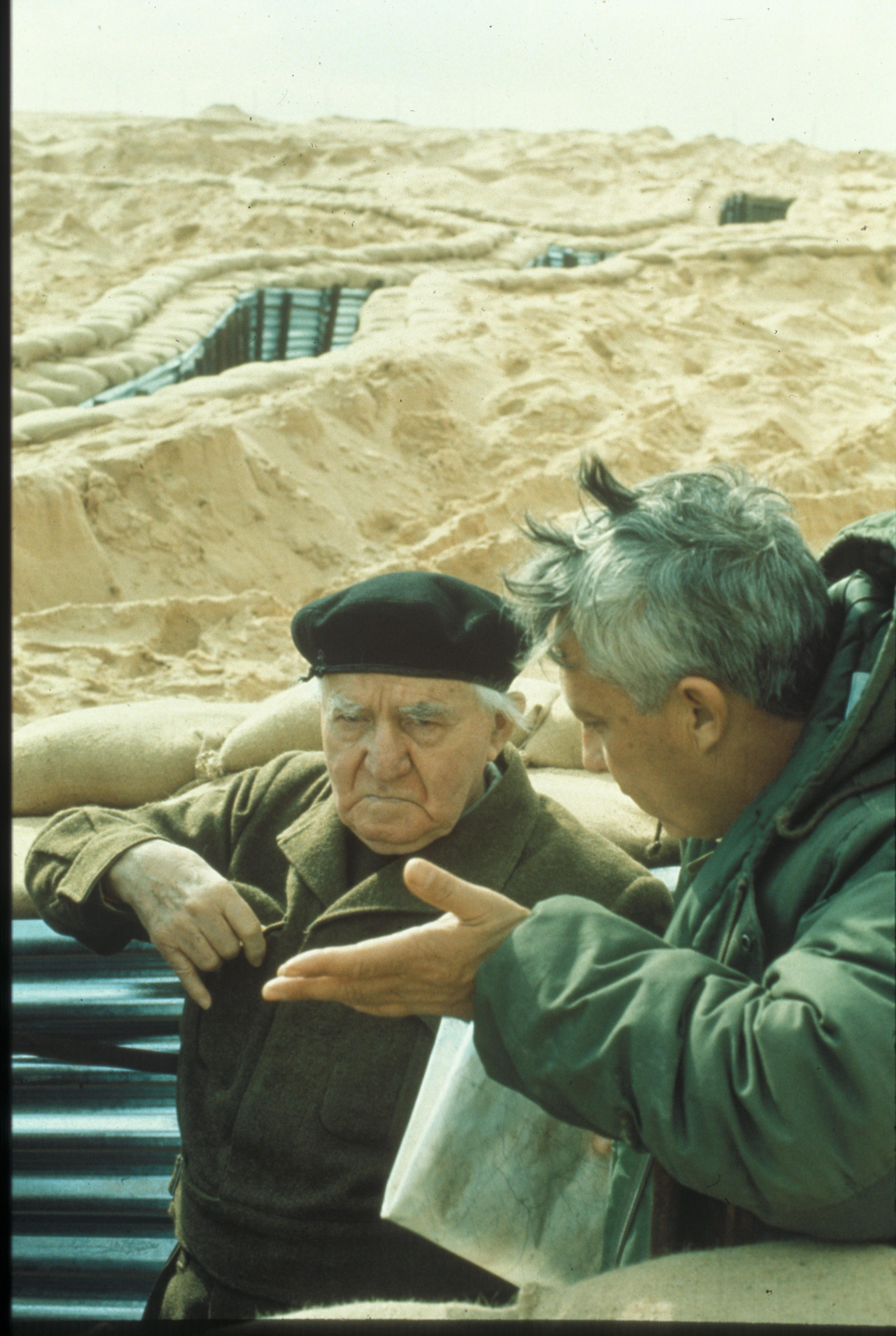 דוד בן גוריון ואריאל שרון בביקור בתעלת סואץ