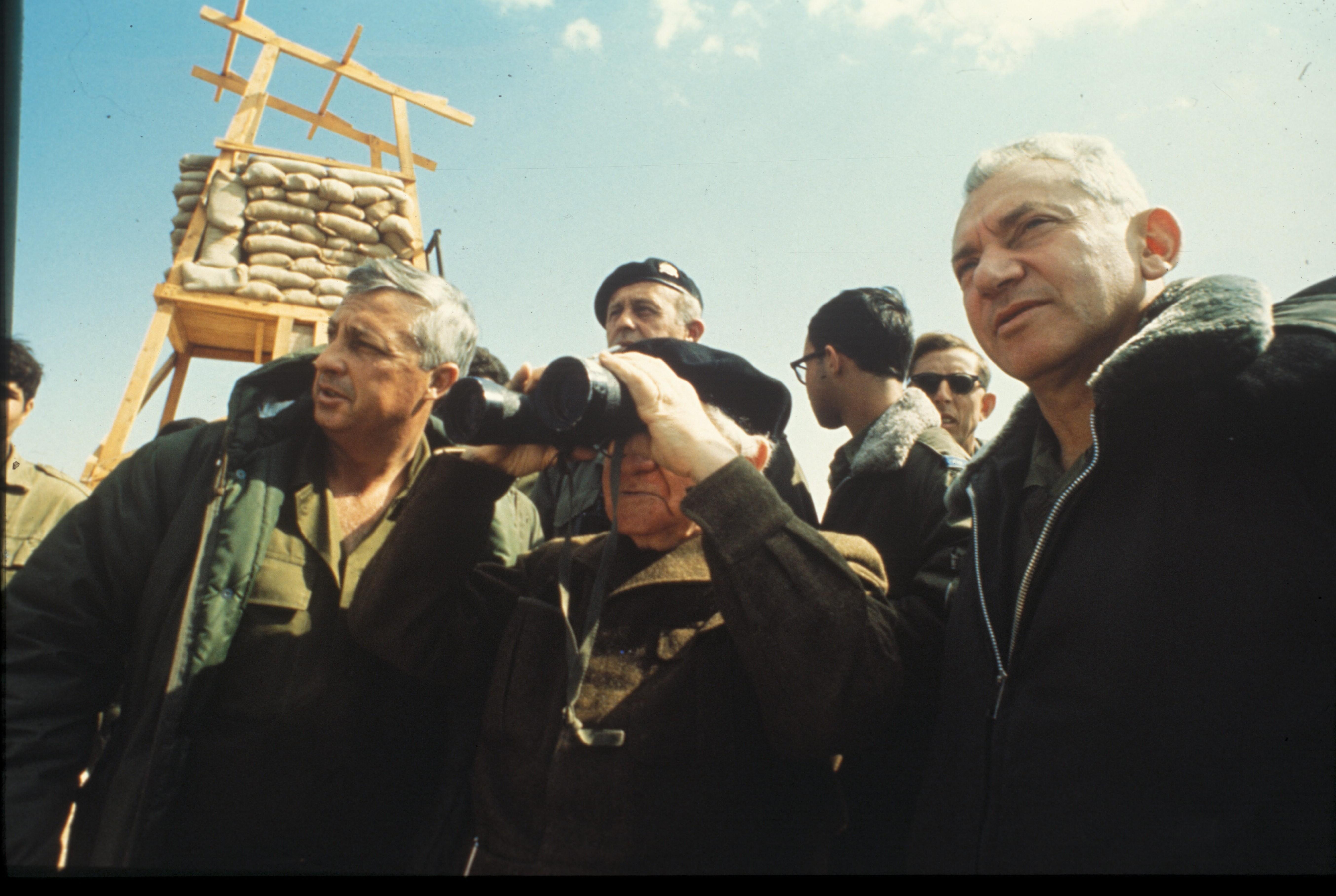 אריאל שרון, דוד בן גוריון וחיים בר לב בביקור בתעלת סואץ