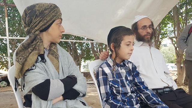 Натан Атия с отцом Исраэлем и матерью Орой. Фото: Ахие Рабад