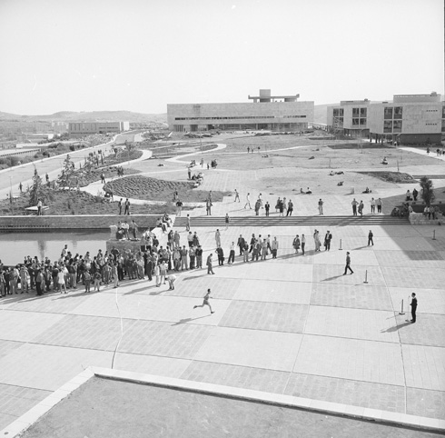 סטודנטים משתתפים במירוץ לזכר מייסד האוניברסיטה העברית, מגנס, בקמפוס גבעת רם. 1960 (צילום: דוד רובינגר)