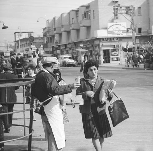 התחנה המרכזית הישנה של ת''א בימיה הגדולים. הרציפים משמאל ובנייני המשרדים ברקע. 1964 (צילום: דוד רובינגר)