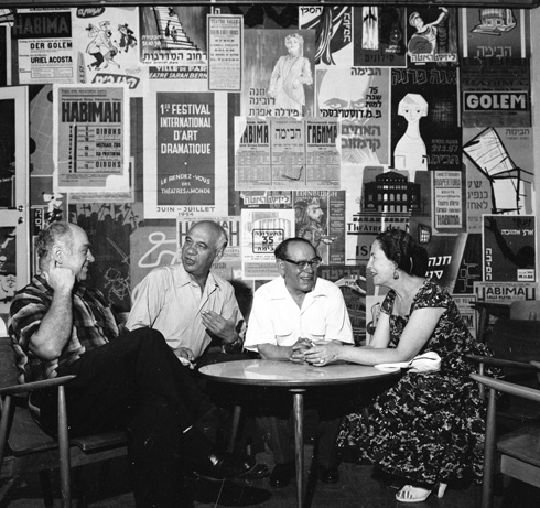 ובמרחק נגיעה משם, בדיוק 30 שנה קודם לכן, יושבים במזנון ''הבימה'' חנה רובינא, בצלאל לונדון (אביו של ירון), אהרן מסקין ושמעון פינקל - ארבע אגדות תיאטרון (צילום: דוד רובינגר)