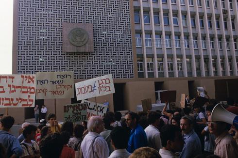 השגרירות האמריקאית ברחוב הירקון בת''א, עם החזית המקורית שלה לפני השיפוץ, ראתה שלל הפגנות עד היום. כאן הפגינו נגד ביקורו של נשיא ארה''ב רונלד רייגן בישראל, ב-1985, אחרי שהניח זר פרחים בבית קברות גרמני שבו קבורים אנשי אס-אס (צילום: דוד רובינגר)