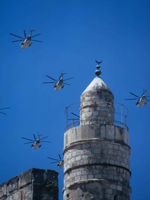 ביום העצמאות ה-25 של ישראל התקיים מטס חגיגי מעל מזרח ירושלים, לרבות מגדל דוד. זה היה במאי 1973, חודשים ספורים לפני מלחמת יום הכיפורים (צילום: דוד רובינגר)