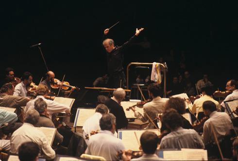 דניאל ברנבוים מנצח על התזמורת הפילהרמונית הישראלית בהיכל התרבות של ת''א, 1990 (צילום: דוד רובינגר)