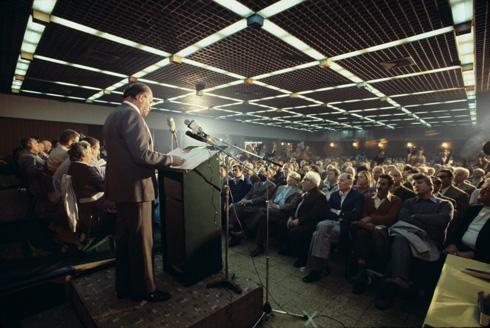 מנחם בגין, ראש הממשלה, נואם בכנס של מרכז ''חרות'' (מפלגת-האם של הליכוד) במצודת זאב בתל אביב, 1978 (צילום: דוד רובינגר)