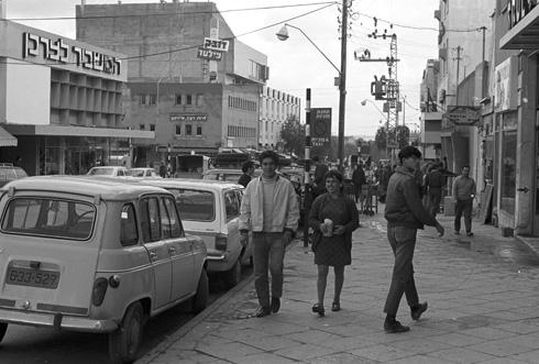 רחוב קק''ל, הרחוב הראשי בעיר העתיקה של באר שבע, 1970 (צילום: דוד רובינגר)