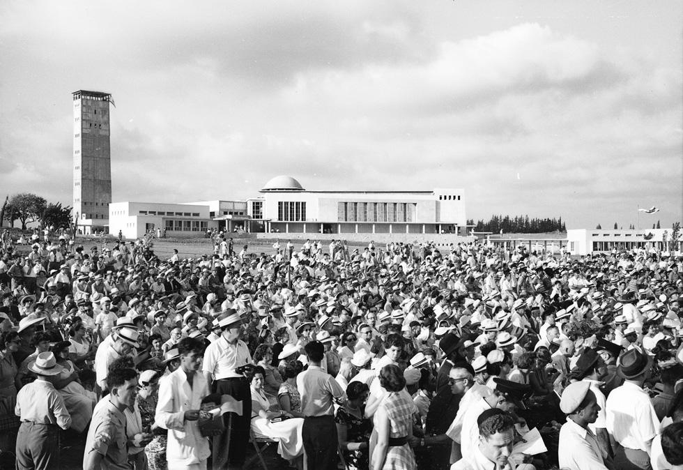 טקס החנוכה של אוניברסיטת בר-אילן בפאתי רמת גן, 1955 (צילום: דוד רובינגר)
