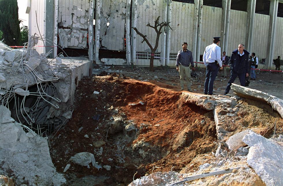 אחרי שטיל סקאד עיראקי פגע ב''בית דני'' בשכונת התקווה בתל אביב, במלחמת המפרץ, 1991 (צילום: דוד רובינגר)