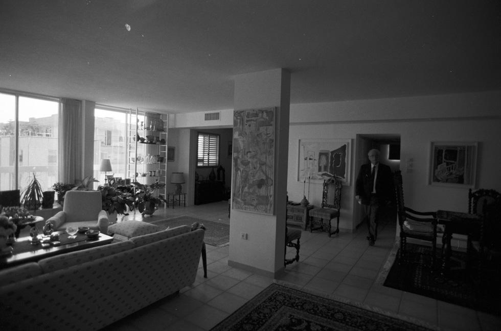 לא ארמון ולא מבצר: דירה בנוה אביבים בצפון ת''א, ואל הסלון מגיח הדייר, ראש הממשלה יצחק רבין. מאי 1994 (צילום: דוד רובינגר)