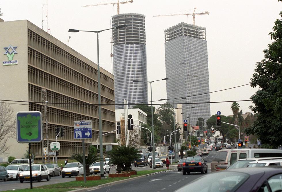 השנה היא 1999. רחוב קפלן בתל אביב עדיין צר, הבניין הצמוד לבית הסוכנות היהודית עדיין שם (היום הוא חניון ענק), וברקע מתרוממים צמד מגדלי עזריאלי. השלישי ייבנה רק כמה שנים מאוחר יותר (צילום: דוד רובינגר)