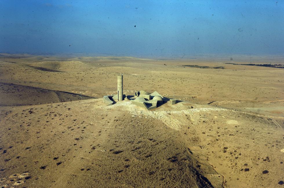 לרובינגר יש סדרה מרהיבה של האנדרטה לחללי חטיבת הנגב, שתכנן דני קרוון בצפון באר שבע. ב-1968, האנדרטה הייתה עדיין בודדה במדבר; כיום היא מוקפת בשכונות מגורים (צילום: דוד רובינגר)