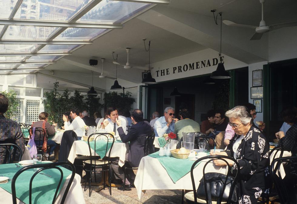 בסוף שנות ה-80 ותחילת שנות ה-90, זו הייתה אחת המסעדות המבוקשות בתל אביב. ''הטיילת'' מול הים, 1989 (צילום: דוד רובינגר)