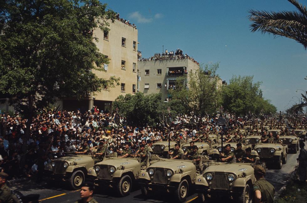 הבניינים הקופסתיים של דרך חיפה (היום נמיר) בתל אביב היו תפאורה למצעד צה''ל ב-1965. רובם נשארו כפי שהיו (צילום: דוד רובינגר)