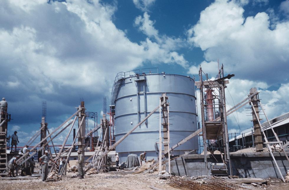 רובינגר תיעד לא רק בנייני מגורים ומבני ציבור, אלא גם מפעלים, ומה יותר אקטואלי מהקמתו של מפעל הדשנים הפטרו-כימיים במפרץ חיפה. השנה היא 1959, כשהתעשייה הכימית היא רק הישג ועדיין לא נזק סביבתי (צילום: דוד רובינגר)