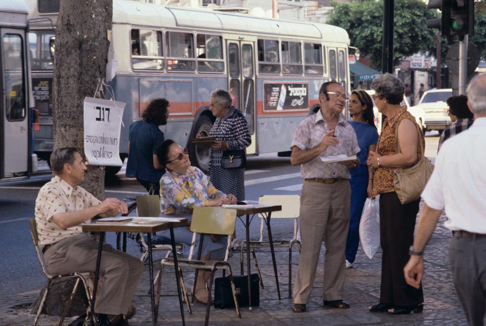 ובמרכז ת''א, מנסה מפלגת פנסיונרים תורנית לשכנע בוחרים פוטנציאליים לתמוך בה. שנות ה-70 (צילום: דוד רובינגר)