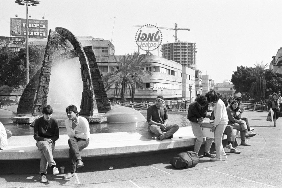 כיכר דיזנגוף בתל אביב, מיד אחרי שהורמה מעל פני הרחוב ב-1976, ועדיין עם פסלו של ז'אן דוד (לפני שהוחלף במזרקת המים והאש של יעקב אגם). היסטוריה: הכיכר הורדה לאחרונה (ברקע רואים את הקמתו של מגדל המגורים מעל דיזנגוף סנטר, הידוע יותר כ''תירס'') (צילום: דוד רובינגר)