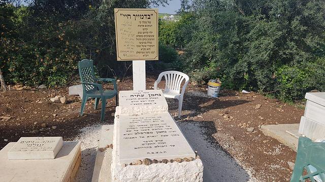 """בית העלמין במגד. ארבעת קברי הנרצחים (צילום: אחיה ראב""""ד) (צילום: אחיה ראב"""