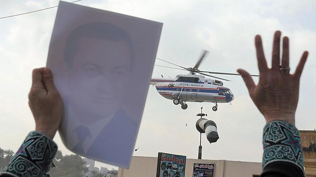 מריעים לנשיא לשעבר בעת העברתו במסוק (צילום: רויטרס) (צילום: רויטרס)