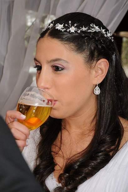 מה זה, ליין הזה יש טעם מוזר. מאיה והכוס החשודה (צילום: Nicolas Krauss)