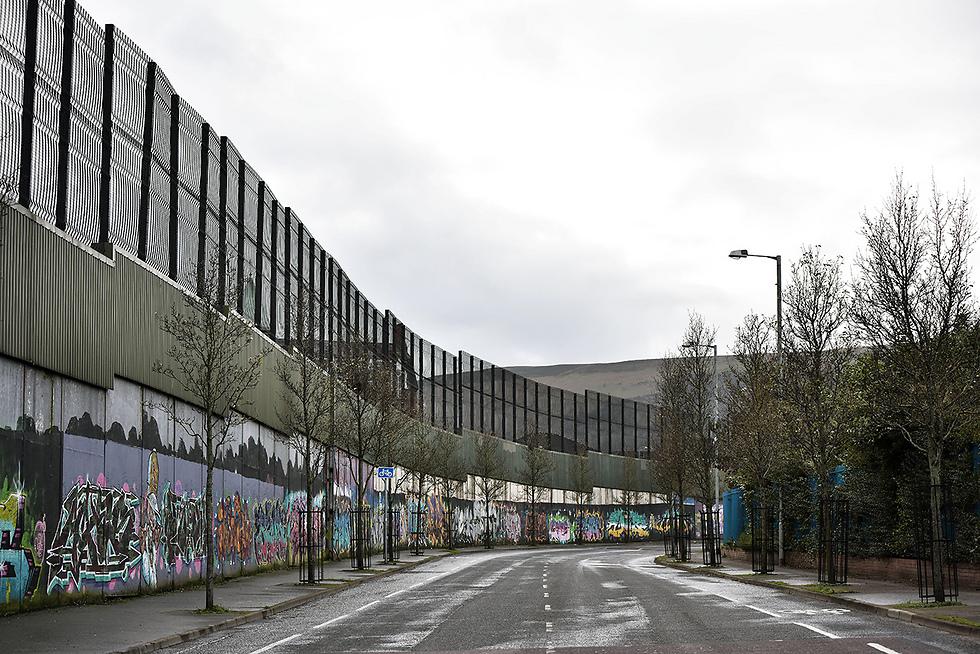 חומת הפרדה בין קהילה פרוטסטנטית לקתולית בצפון אירלנד (צילום: gettyimages) (צילום: gettyimages)