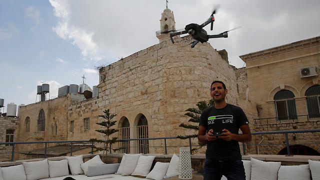 Nuseir Yassin flies his drone in the old city of the city of Bethlehem (Photo: Reuters)
