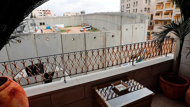 """""""הנוף הכי גרוע בעולם"""". מרפסת אחד החדרים (צילום: AFP) (צילום: AFP)"""