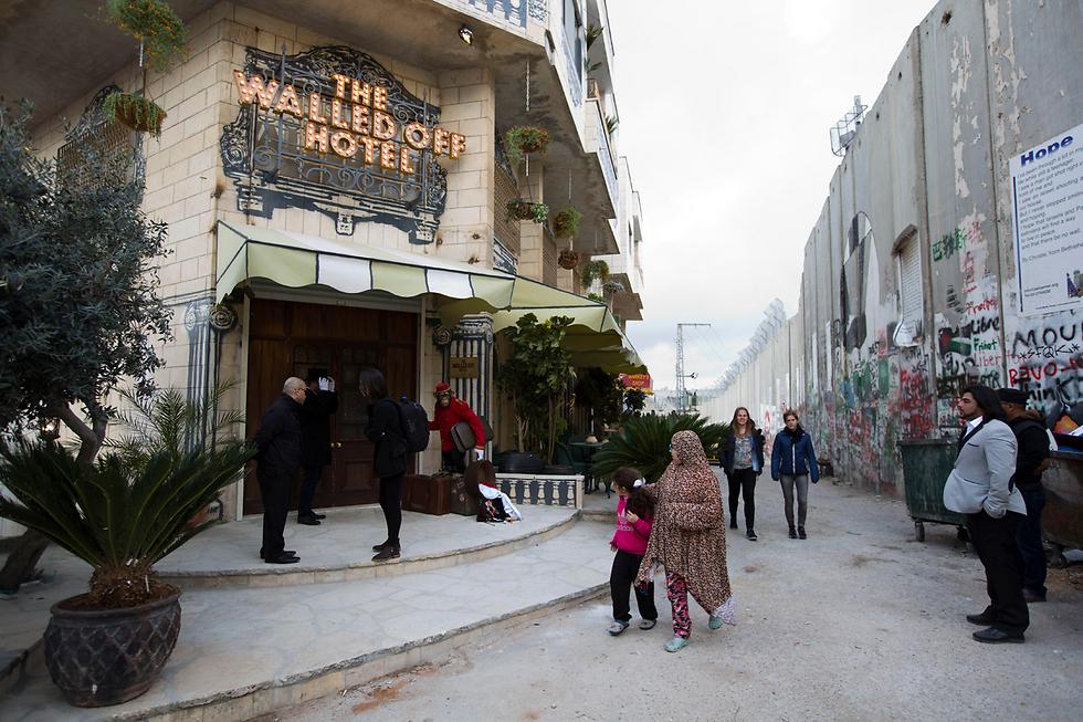 מבט ישיר על גדר ההפרדה. הכניסה למלון, צמוד לגדר (צילום: AP) (צילום: AP)