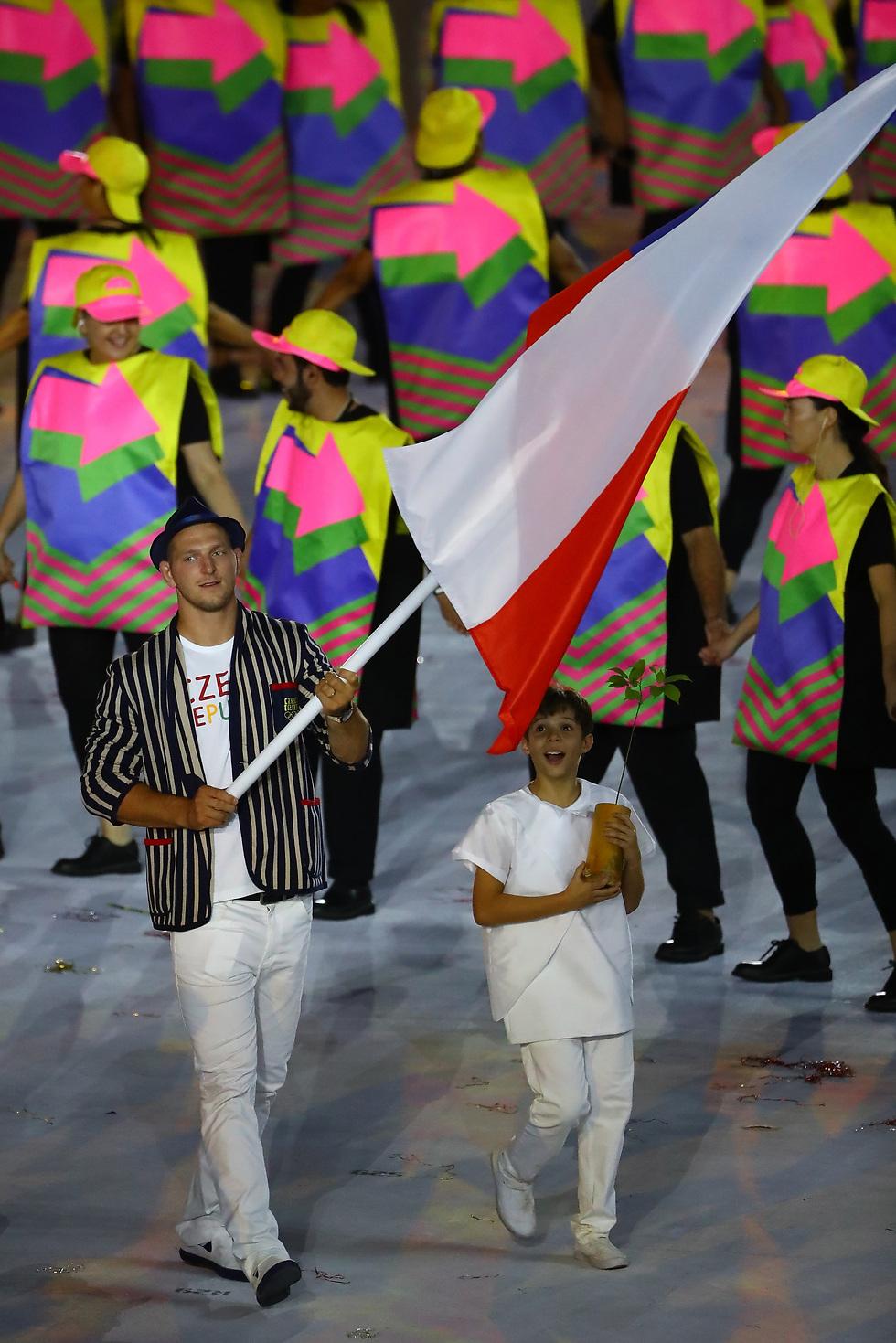 מדליסט הזהב הצ'כי היחיד מריו. קרפאלק עם הדגל בטקס הפתיחה (צילום: getty images) (צילום: getty images)