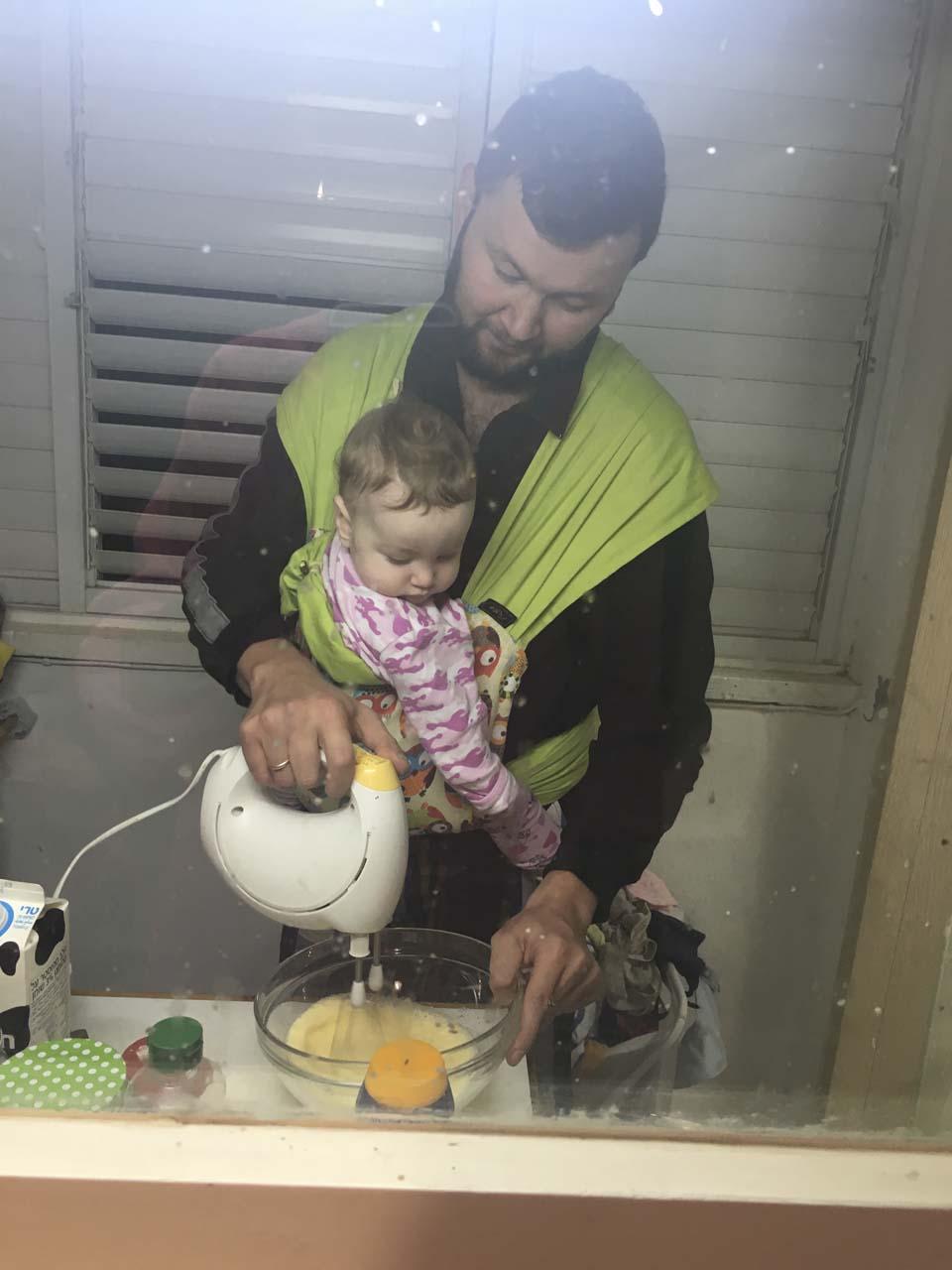 Папа и Лея готовят ужин, а мама отдыхает