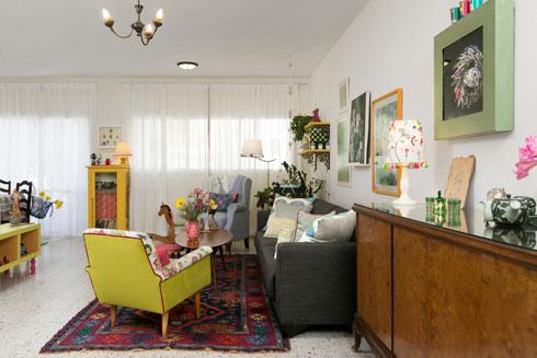 מבט מהמבואה אל הסלון. העיצוב משקף את תחנות חייה (צילום: שירן כרמל)