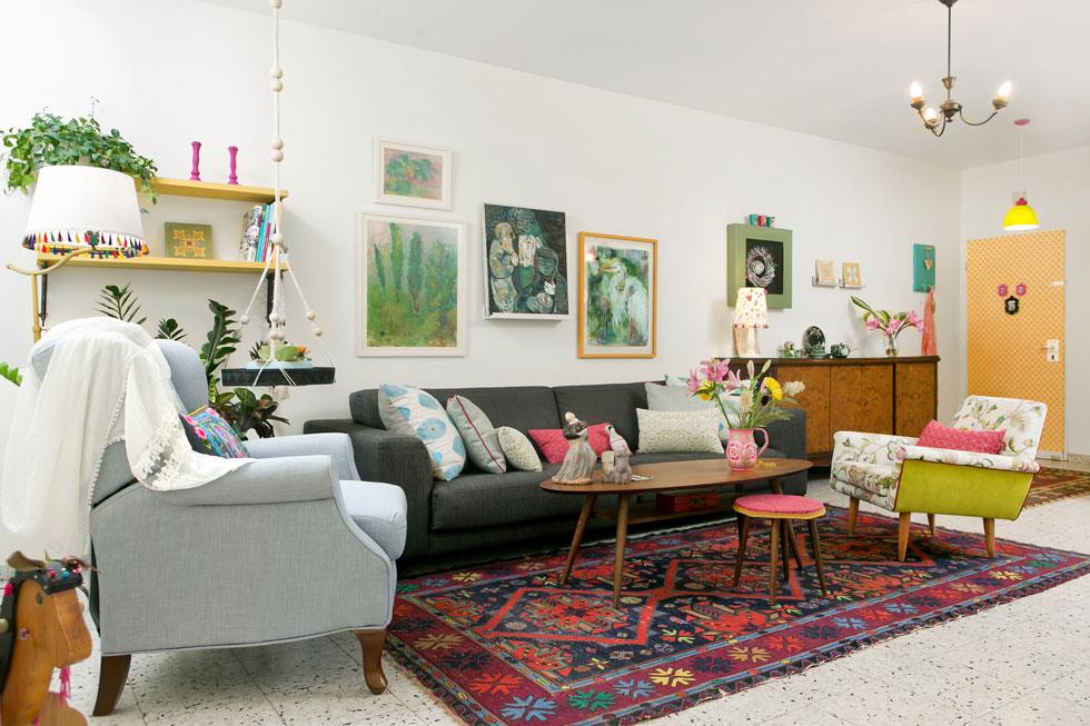השינוי נעשה סביב הרהיטים הקיימים, שעברו במשפחה: שתי כורסאות רופדו מחדש, מעל הספה נתלו ציוריה של האם, שנשלפו מתיקיית פוליגל ישנה (יחד עם ציור של ליאו רוט, אמן מקיבוץ אפיקים), ולמבואה הועברה שידת עץ, שהגיעה מבית סבתא (צילום: שירן כרמל)
