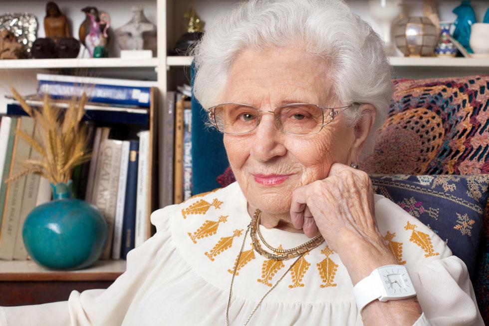 רות דיין בביתה. עדיין לובשת את העיצובים המקוריים של משכית (צילום: ענבל מרמרי)