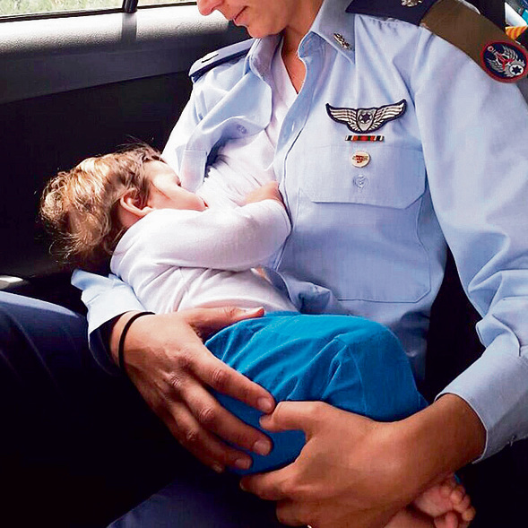 Pilot N. breastfeeding her son (Photo: Israel Air Force)