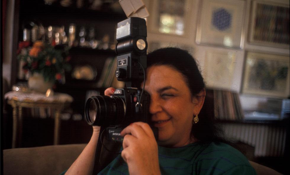 לילי שרון, ספטמבר 1989, במהלך כהונתו של בעלה אריאל כשר המסחר והתעשייה, בביתה שבחוות שקמים (צילום: דוד רובינגר)