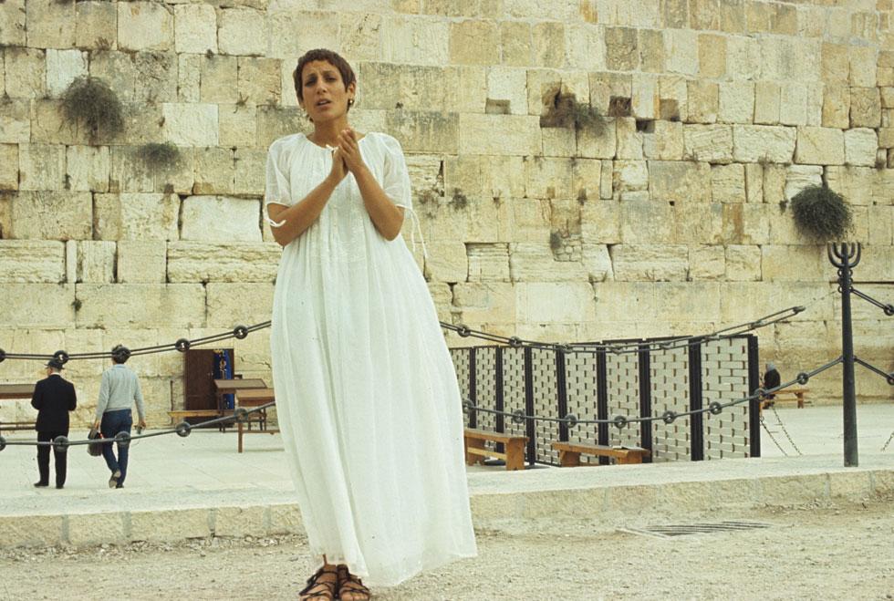 רבקה זהר, אוקטובר 1970, ימים אחדים אחרי שנבחרה לזמרת השנה, בכותל המערבי בירושלים (צילום: דוד רובינגר)