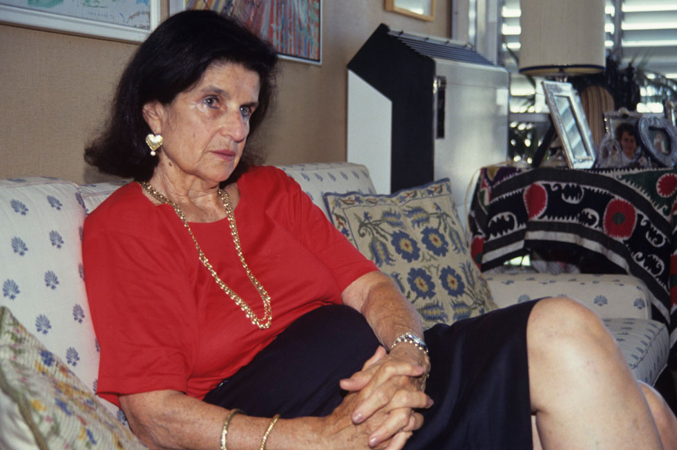 לאה רבין, אוגוסט 1992, חודשיים אחרי שבעלה יצחק נבחר שוב לראש הממשלה, בביתה שברמת אביב (צילום: דוד רובינגר)