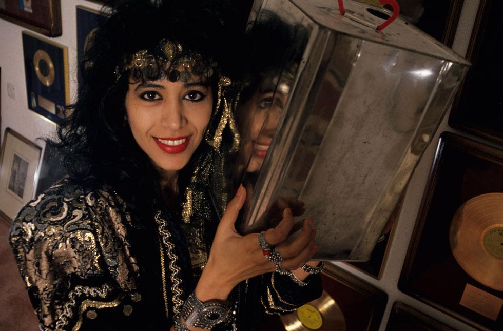 """עפרה חזה, דצמבר 1988, חודשים אחדים אחרי הפריצה לחו""""ל עם השירים התימניים, בביתה שביהוד (צילום: דוד רובינגר)"""