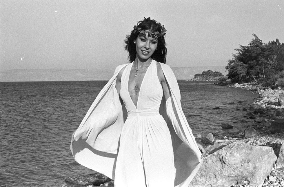 ירדנה ארזי, מאי 1979, חודשיים אחרי שהנחתה את תחרות האירוויזיון בירושלים, על שפת הכינרת (צילום: דוד רובינגר)