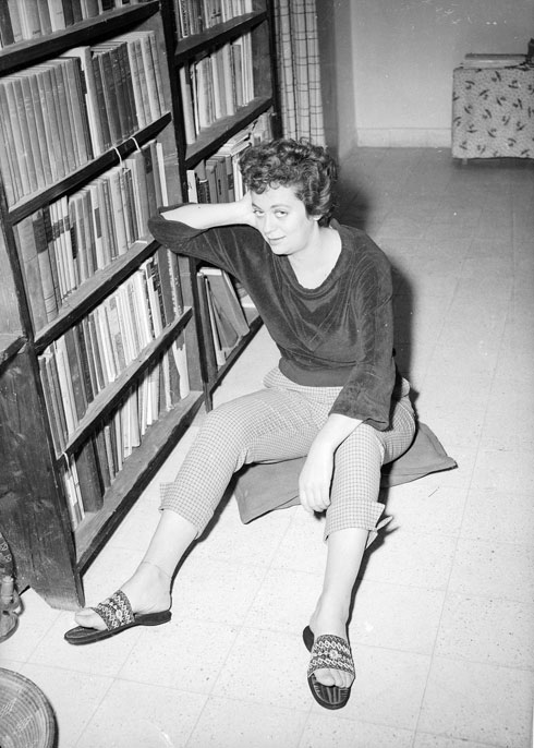כוכבת התיאטרון הקאמרי חנה מרון, אוקטובר 1953, בביתה שבתל אביב (צילום: דוד רובינגר)