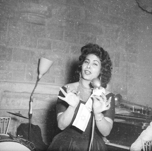 הזמרת שושנה דמארי, אפריל 1954, בהופעה בירושלים (צילום: דוד רובינגר)