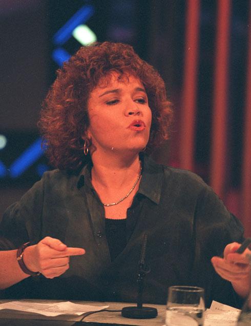 """העיתונאית שלי יחימוביץ', יוני 1995, בצילומי """"פופוליטיקה"""" בירושלים (צילום: דוד רובינגר)"""