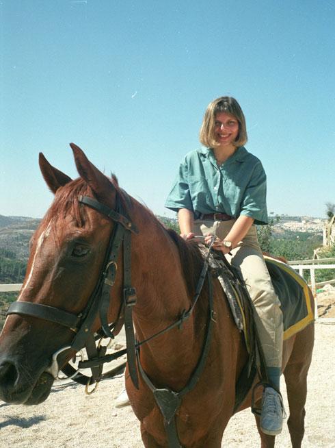 """רעיית יו""""ר האופוזיציה שרה נתניהו, ספטמבר 1995, בחוות אמיר בירושלים (צילום: דוד רובינגר)"""