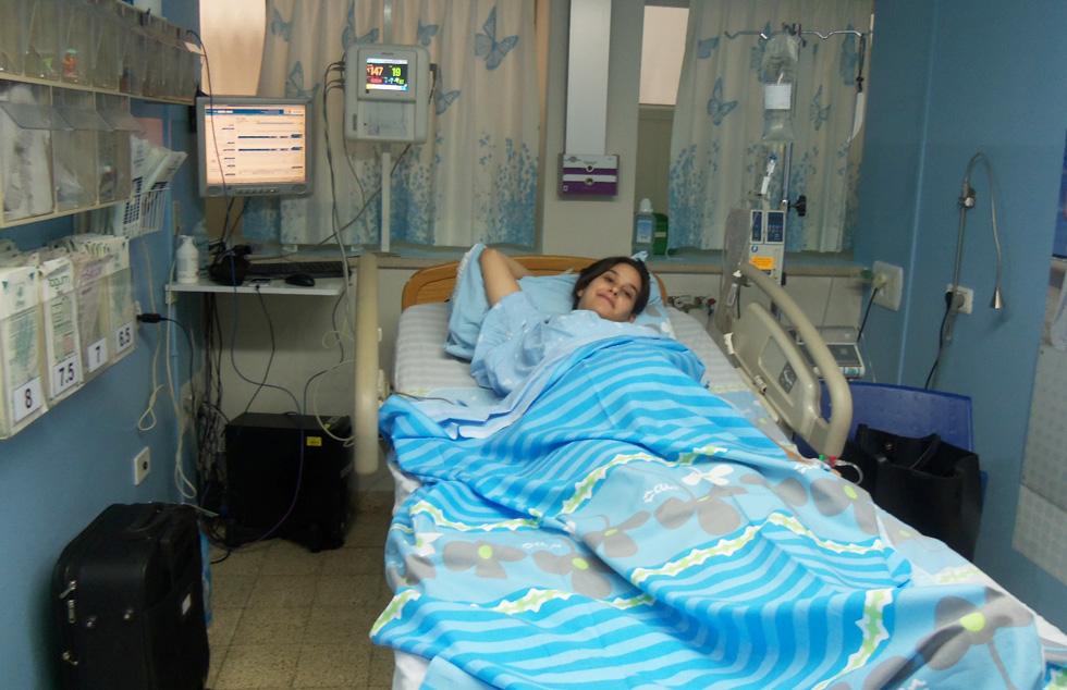 """קארין גודינגר, בלידה ב""""העמק"""" מ-2014: """"בלידה השניה שלי כבר רציתי לידה פעילה וידעתי שבעפולה זה כמעט בלתי אפשרי, בגלל המרחק למקלחת והמקום שיש ב'תא הלידה'. זה אפילו לא חדר"""" (צילום: אדם גודינגר)"""