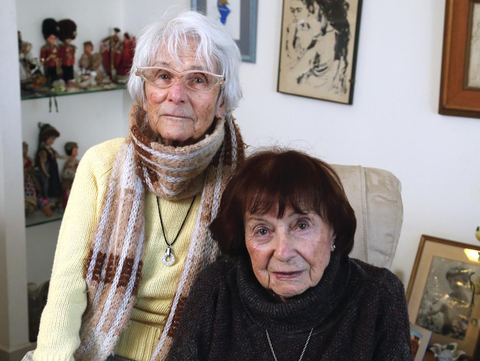 """האחיות גינה (מימין) ואדית פישביין. """"זה לא עניין של כסף, זה עניין עקרוני למען הדורות הבאים"""" (צילום: צביקה טישלר)"""