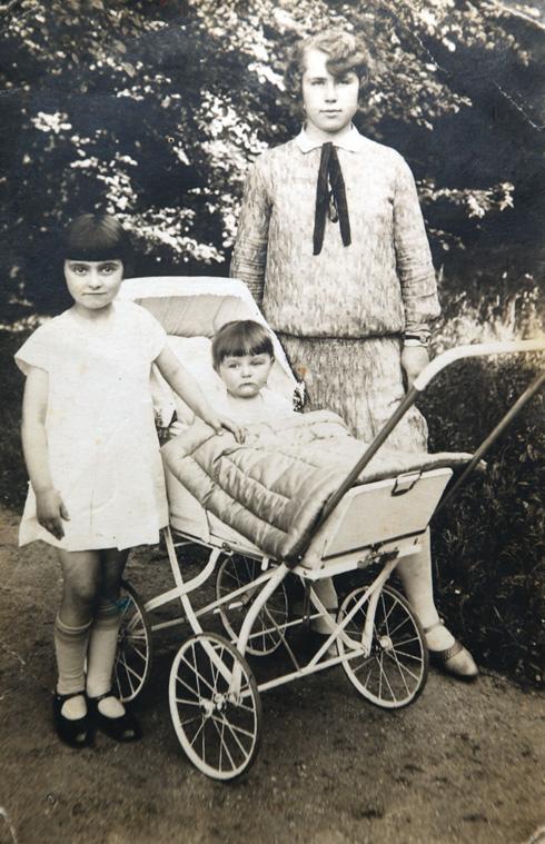 גינה, אדית (בעגלה) והמטפלת בילדותן בלייפציג  (צילום: אלבום פרטי)