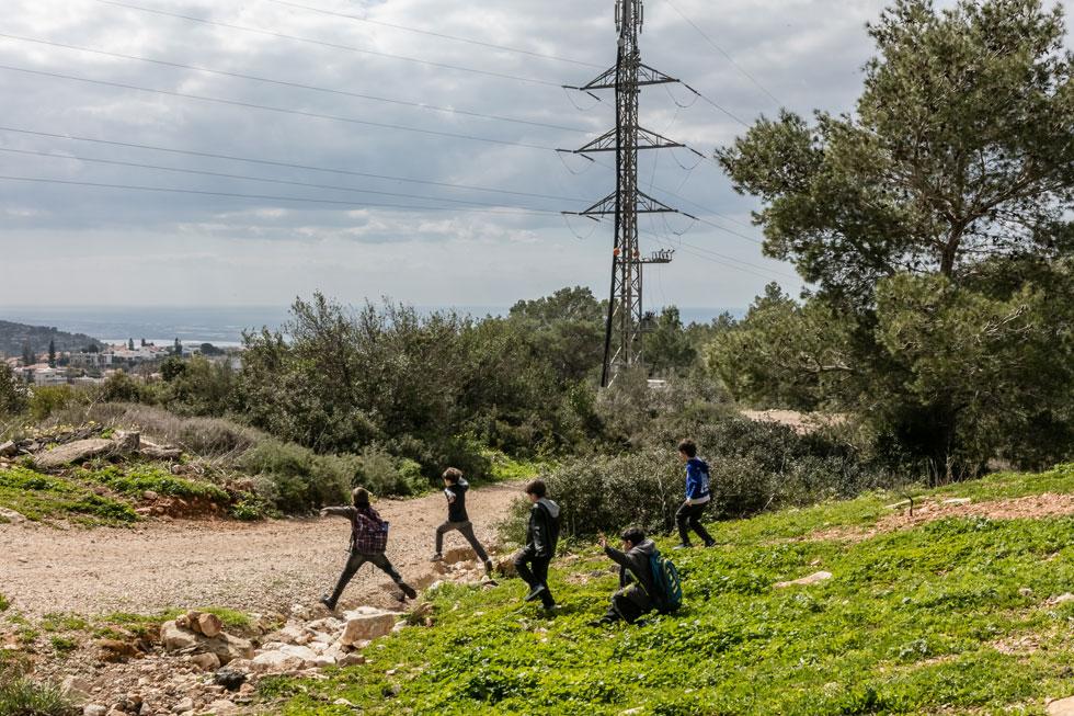 """הגבעה משמשת כאתר בילוי, טיול ופנאי לתושבי השכונה הסמוכה, לחברי תנועת הצופים ולילדים. הפעילות של עמותת """"ירוק בלב"""" עוררה את המודעות הציבורית לתוכניות הבנייה ולמעלה מ-700 תושבים הגישו לה התנגדויות (צילום: אינסה ביננבאום)"""